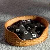 Постель для домашнего животного с черным матрасом, 1,5х4,5 см, кукольная миниатюра 1:12 (Dollhouse), Emporium арт. 3964 (mm)