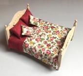 """Комплект """"Floral/Burgundy"""", покрывало двустороннее 18х19,5 см, 2 подушки 4,5х5 см, 2 подушки 3,5х4 см, х/б, кукольная миниатюра 1:12 (Dollhouse), Dollsmini арт. 01.0542/5 (dh)"""