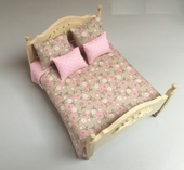 "Комплект ""Pink Rose/Pink Peas "", покрывало двустороннее 18х19,5 см, 2 подушки 4,5х5 см, 2 подушки 3,5х4 см, х/б, кукольная миниатюра 1:12 (Dollhouse), Dollsmini арт. 01.0544/5 (dh)"
