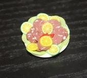 Колбасная закуска, тарелка, 2 см, кукольная миниатюра 1:12 (Dollhouse), Dollsmini арт. 01.0975/3 (dh)