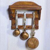 Деревянная полка с кастрюлям, орех, кукольная миниатюра 1:12 (Dollhouse), Emporium арт. 3071 (mm)